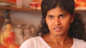 HIKKADUWA, SRI LANKA - MÄRZ 2014: Porträt einer lokalen Frau, die im Souvenirladen in Hikkaduwa, eine diese Strandstadt arbeitet, stock video footage