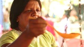 HIKKADUWA, SRI LANKA - MÄRZ 2014: Porträt einer lokalen Frau, die an Markt Hikkaduwa Sonntag, bekannt für seine breite Palette vo stock footage