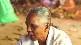 HIKKADUWA, SRI LANKA - MÄRZ 2014: Porträt einer lokalen Frau an Markt Hikkaduwa Sonntag, bekannt für seine breite Palette von fri stock video