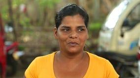 HIKKADUWA, SRI LANKA - MÄRZ 2014: Porträt einer lokalen jungen Schönheit an Markt Hikkaduwa Sonntag, bekannt für seine breite Pal stock video