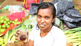 HIKKADUWA, SRI LANKA - MÄRZ 2014: Porträt einer lokalen jungen Schönheit an Markt Hikkaduwa Sonntag, bekannt für seine breite Pal stock footage