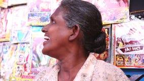 HIKKADUWA, SRI LANKA - MÄRZ 2014: Porträt einer lokalen mittleren Greisin an Markt Hikkaduwa Sonntag, bekannt für seine breite Pa stock video