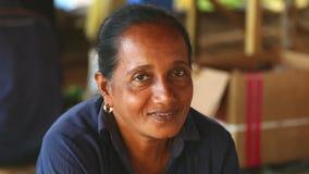 HIKKADUWA, SRI LANKA - MÄRZ 2014: Porträt einer mittleren Greisin, die an Markt Hikkaduwa Sonntag, bekannt für seine breite Palet stock footage