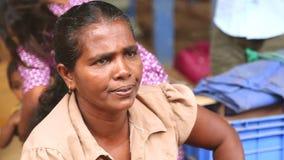 HIKKADUWA, SRI LANKA - MÄRZ 2014: Porträt einer mittleren Greisin an Markt Hikkaduwa Sonntag, bekannt für seine breite Palette fr stock video
