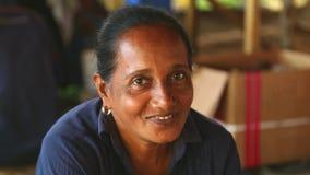 HIKKADUWA, SRI LANKA - MÄRZ 2014: Porträt einer mittleren Greisin an Markt Hikkaduwa Sonntag, bekannt für seine breite Palette fr stock footage