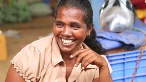 HIKKADUWA, SRI LANKA - MÄRZ 2014: Porträt einer mittleren Greisin an Markt Hikkaduwa Sonntag, bekannt für seine breite Palette fr stock video footage