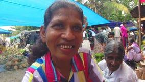 HIKKADUWA, SRI LANKA - MÄRZ 2014: Porträt von lankan Frau Sri an Sonntags-Markt am Sonntags-Markt in Sri Lanka stock video footage