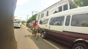 HIKKADUWA, SRI LANKA - MÄRZ 2014: Zeitlupereihenfolge der Ansicht vom tuktuk auf den erstaunlichen Straßen von Hikkaduwa stock video