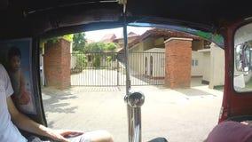 HIKKADUWA, SRI LANKA - MÄRZ 2014: Zeitlupereihenfolge der Ansicht vom tuktuk auf den Straßen von Sri Lanka stock footage