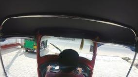 HIKKADUWA, SRI LANKA - MÄRZ 2014: Zeitlupereihenfolge des erwachsenen asiatischen treibenden Fahrzeugs auf den Straßen von Hikkad stock video