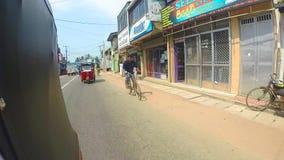 HIKKADUWA, SRI LANKA - MÄRZ 2014: Zeitlupereihenfolge des Verkehrs auf den Straßen von Hikkaduwa stock video footage