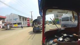 HIKKADUWA, SRI LANKA - MÄRZ 2014: Zeitlupereihenfolge des Verkehrs auf den Straßen von Hikkaduwa stock footage