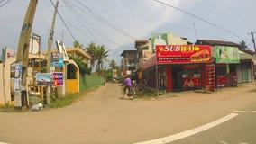 HIKKADUWA, SRI LANKA - MÄRZ 2014: Zeitlupereihenfolge von Straßen in Colombo am Sommertag stock video footage