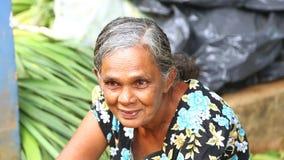 HIKKADUWA, SRI LANKA - MAART 2014: Portret van een lokaal die bejaarde bij Hikkaduwa-Zondagmarkt, voor zijn brede waaier van vers stock video