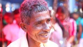HIKKADUWA, SRI LANKA - MAART 2014: Portret van lokaal die bejaarde bij Hikkaduwa-Zondagmarkt, voor zijn brede waaier van vers wor stock footage