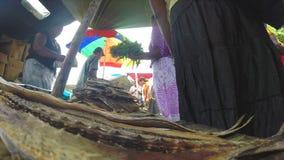 HIKKADUWA, SRI LANKA - MARS 2014 : Vue de vendeur local vendant les poissons secs au marché de dimanche banque de vidéos