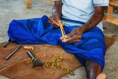 Hikkaduwa, Sri Lanka - 2nd Luty, 2017: Mężczyzna przetwarza gałąź cynamon w małym warsztacie Zdjęcie Royalty Free