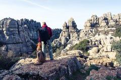 Hikker met Duitse herdershond in Torcal, Spanje royalty-vrije stock afbeelding