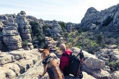 Hikker met Duitse herdershond in Torcal, Spanje royalty-vrije stock afbeeldingen
