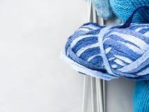 Hilado azul degradado del ovillo con las agujas que hacen punto Copie el espacio Fotos de archivo