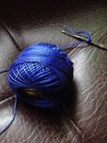 hilado azul en marrón Imagenes de archivo