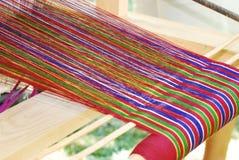 Hilado colorido en un telar de mano butanés Foto de archivo libre de regalías