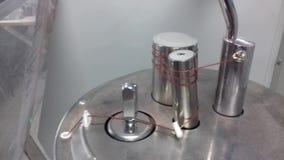 hilado de enrrollamiento en el carrete en la máquina para la producción de géneros de punto metrajes