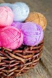 Hilado de lana colorido en fondo de madera rústico Foto de archivo libre de regalías