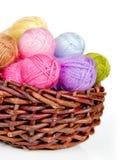Hilado de lana colorido en una cesta de mimbre Fotos de archivo