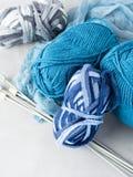 Hilado de lana con las agujas que hacen punto vertical Fotografía de archivo libre de regalías