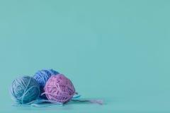 Hilado de lana en bolas en un fondo de la aguamarina Fotos de archivo