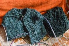 Hilado de lanas colorido para hacer punto fotografía de archivo
