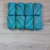 Hilado de lanas de lujo en un fondo de madera Foto de archivo libre de regalías