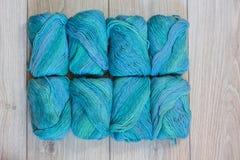 Hilado de lanas de lujo en un fondo de madera Foto de archivo