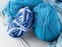 Hilado de lanas del color del invierno con las agujas que hacen punto Foto de archivo