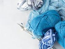 Hilado de lanas del color del invierno con las agujas que hacen punto Fotografía de archivo libre de regalías