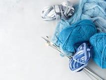 Hilado de lanas del color del invierno con las agujas que hacen punto Espacio para el texto Imágenes de archivo libres de regalías