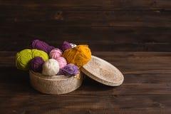 Hilado de lanas en bobinas con las agujas que hacen punto en mimbre Imagen de archivo libre de regalías