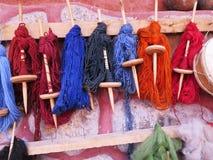 Hilado de lanas teñido natural en los Andes peruanos en Cuzco Fotografía de archivo libre de regalías