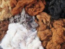 Hilado de lanas teñido natural en los Andes peruanos en Cuzco Fotos de archivo