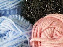 Hilado de lanas teñido natural en los Andes peruanos en Cuzco Fotos de archivo libres de regalías