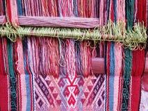 Hilado de lanas teñido natural en los Andes peruanos en Cuzco Foto de archivo