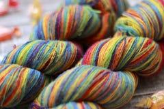 Hilado del color a hacer punto Foto de archivo libre de regalías
