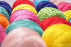 Hilado multicolor imagenes de archivo