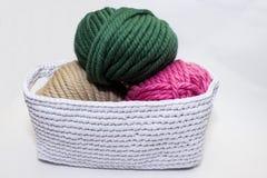 Hilado multicolor en una cesta del ganchillo foto de archivo