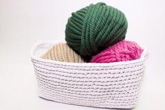 Hilado multicolor que miente en una cesta blanca, ganchillo imagen de archivo libre de regalías