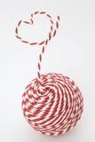 Hilado rojo y blanco en un corazón Imagen de archivo
