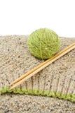 Hilado y agujas de lanas que hacen punto Imágenes de archivo libres de regalías