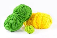 Hilado y agujas para kniting Imágenes de archivo libres de regalías