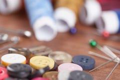 Hilado y neeldes coloridos Imagen de archivo